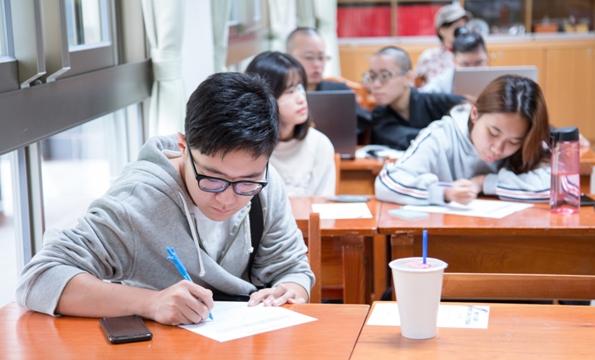 學生用心抄筆記